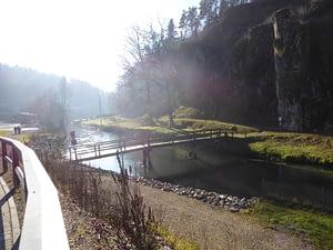 Brücke für Fußgänger, Wanderer und Radfahrer bei Velden