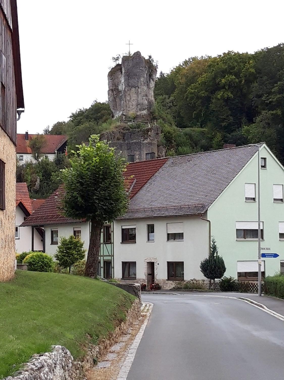 Burgruine von der Dorfstraße