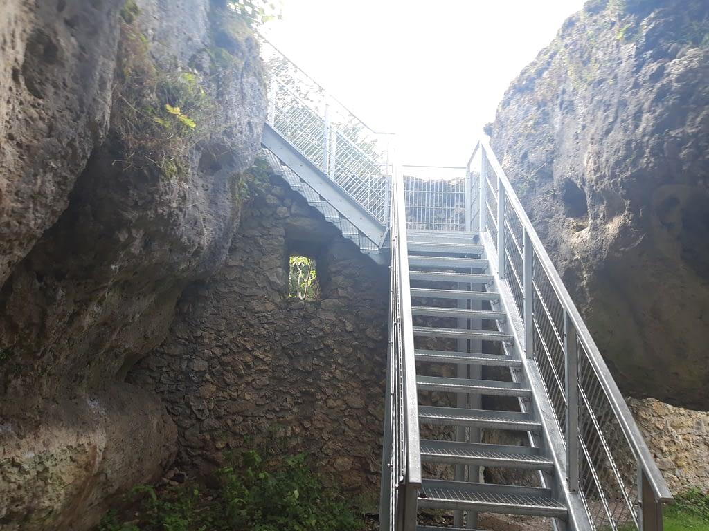 Abstieg über die Metall- und Steintreppen
