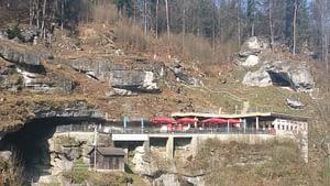Terrasse mit Restaurant und Eingang zur Teufelshöhle