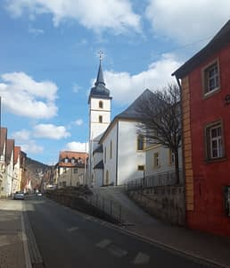 Die Innenstadt mit Stadtpfarrkirche und Scharfrichtermuseum (rechts)